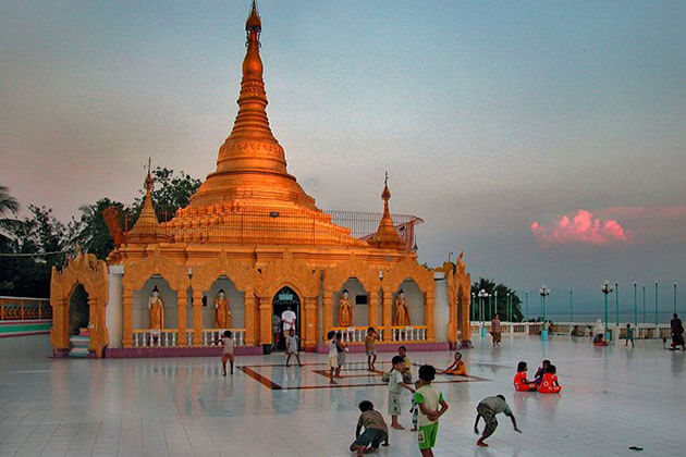 local childen at Pyi Taw Aye Pagoda